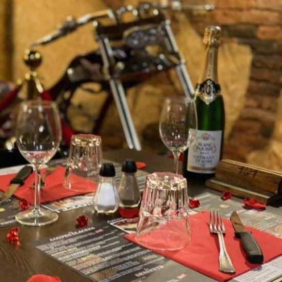 Table dressée pour la saint valentin